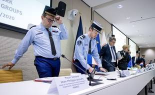 Le général Lecouffe, qui dirige la branche judiciaire de la gendarmerie, lors d'une conférence de presse aux Pays-Bas