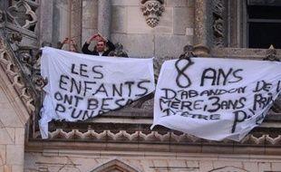 Le dernier père retranché depuis jeudi dans la cathédrale d'Orléans pour dénoncer des problèmes de garde d'enfants à la suite de séparations en est descendu samedi peu après 08H00, fatigué et amer.