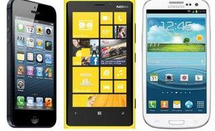 De gauche à droite: l'iPhone 5 d'Apple, le Lumia 920 de Nokia et le Galaxy S III de Samsung.