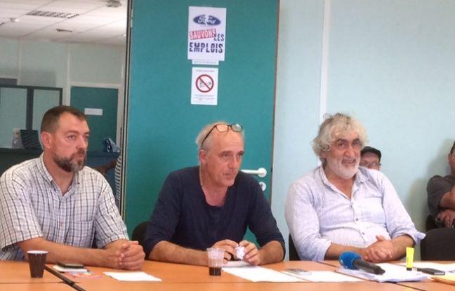 Philippe Poutou, représentant CGT des employés de l'usine aux côtés de l'avocat du syndicat Philippe Brun (à droite) et Gilles Lambersand, délégué CGT.
