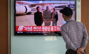 Un Sud-coréen suit le 13 mai 2015 à Séoul la retransmission télévisée de l'éxécution du ministre de la Défense nord-coréen Hyon Yong-Chol