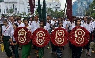 Des étudiants manifestent le 8 août 2013 à Rangoun en portant des couronnes de fleurs avec le chiffre 8 en souvenir du soulèvement populaire de 1988.