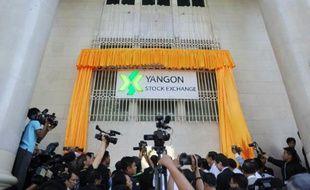 Des journalistes présents à la cérémonie d'inauguration de la Bourse birmane: le Yangon Stock Exchange, le 9 décembre 2015 à Rangoun