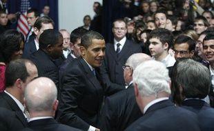 Le président américain Barack Obama salue la foule, lors d'une rencontre à Strabourg avec des habitants de la ville, en marge du sommet de l'Otan, le 03 avril 2009.