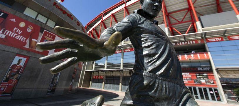 La statue d'Eusebio devant le stade de la Luz, à Lisbonne, où doit se jouer la phase finale de la Ligue des champions 2019-2020.