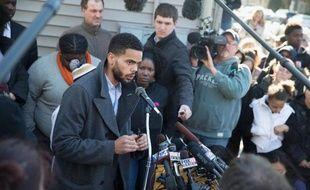 L'oncle de Tony Robinson devant la maison ou a été tué, par un policier blanc, son neveu, le 9 mars 2015 à Madison (Wisconsin) aux Etats-Unis
