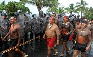 Manifestation d'indiens Yamomamis le 22 avril 2000 à Coroa Vermelha, dans l'état brésilien de Bahia (nord-est), pour dénoncer les célébrations officielles du 500 anniversaire de l'arrivée des premiers colonisateurs portugais