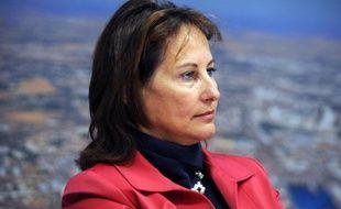 La présidente socialiste de la région Poitou-Charentes, Ségolène Royal, s'est prononcée mercredi sur RTL en faveur d'un blocage du prix de l'essence, espérant que le sommet social se pencherait sur la flambée des prix du carburant.