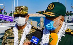 Sur cette photo fournie par les autorités iraniennes, le général Hossein Salami (à droite) répond à des questions de journalistes lors de sa visite de l'île d'Abu Musa, samedi 2 janvier.