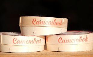 Des boites de camembert. (illustration)