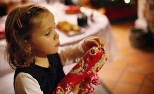 Une fillette avec un cadeau le jour de Noël.
