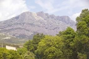 La montagne Saint-Victoire, dans les Bouches-du-Rhône.