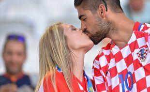 Deux supporters croates s'embrassent lors d'un match entre la Croatie et l'Espagne disputé lors de l'Euro 2016 le 21 juin 2016 à Bordeaux.