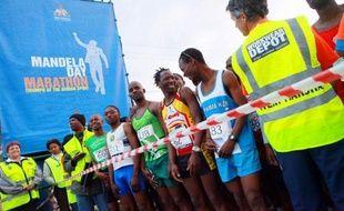 """""""Dès que vous parlez de Mandela, tout le monde veut participer!"""", s'écrie Mbeko Nzimande, l'un des nombreux Sud-Africains à courir un marathon à l'occasion du 50e anniversaire de l'arrestation du héros de la lutte contre l'apartheid."""