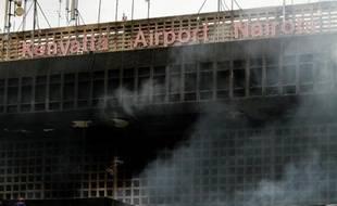 Deux premiers vols internationaux, en provenance de Londres et de Bangkok, ont atterri jeudi matin à l'aéroport international de Nairobi, ravagé mercredi par un gigantesque incendie, a annoncé une source aéroportuaire à l'AFP.