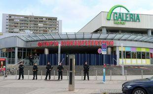 Des policiers devant le centre commercial de Munich où a eu lieu une fusillade qui a fait 9 morts, le 23 juillet 2017