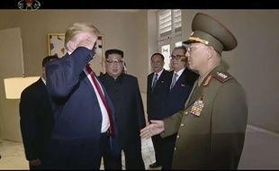 Donald Trump salue un général nord-coréen, le 12 juin 2018 à Singapour.
