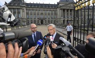Charles Michel (gauche) et Kris peeters après une audience avec le roi à Bruxelles le 22 juillet 2014