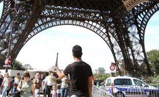 Sur le site de la tour Eiffel visité par 7 millions de touristes par an, voleurs, et policiers désormais plus présents, jouent au jeu du chat et la souris sur le terrain lucratif de l'arnaque et du pickpocket.