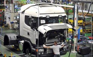 La Commission européenne a proposé lundi d'autoriser les constructeurs à concevoir des poids-lourds plus aérodynamiques afin de les rendre moins polluants et plus sûrs.