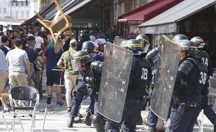Affrontement entre les forces de l'ordre et des hoooligans, à Marseille, le 11 juin 2016.