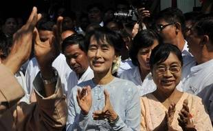 L'opposante birmane Aung San Suu Kyi s'est officiellement lancée mercredi pour la première fois dans la course au parlement, à deux mois et demi d'élections partielles qui seront pour l'Occident un test de la sincérité des réformes du nouveau régime birman.