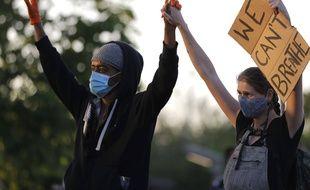 Des manifestants à St Paul dans le Minnesota, aux Etats-Unis, le 29 mai 2020.