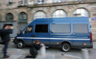 Une escorte amène un détenu à la cour d'assises d'Ille-et-Vilaine à Rennes.