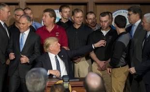 Donald Trump entouré de mineurs de Pennsylvanie, le 28 mars 2017, lors de la signature du décret remettant en cause le Clean Power Plan.