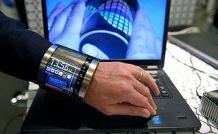 Un écran flexible de Flexenable présenté sur un poignet au Congrès mondial de la téléphonie mobile (MWC) de Barcelone, le 23 février 2016
