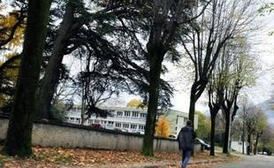 Deux médecins de l'hôpital psychiatrique de Saint-Egrève (Isère) ont été mis en examen jeudi pour homicide involontaire, cinq ans après le meurtre d'un étudiant grenoblois par un schizophrène qui s'était échappé de l'hôpital, a-t-on appris auprès du parquet.