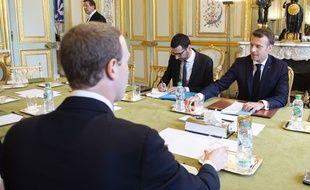 Mark Zuckerberg (de dos) lors d'une rencontre avec Emmanuel Macron, le 10 mai 2019.
