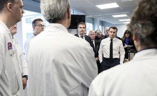Emmanuel Macron accompagné d'Olivier Veran, en visite à l'hôpital parisien de La Pitié-Salpêtrière, le 27 février 2020.