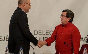 Le représentant du gouvernement colombien Mauricio Rodriguez (à g.) serre la main du délégué de l'Armée de libération nationale (ELN), à Caracas, au Venezuela, le 10 octobre 2016.