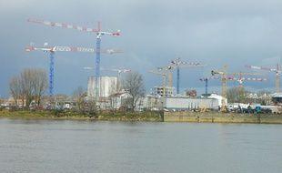 Grues de chantier dans le quartier des Bassins à Flot à Bordeaux