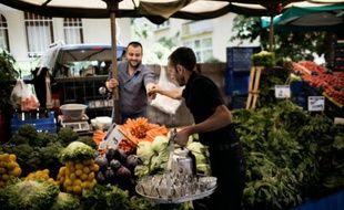 Un homme vend du thé dans un marché du quartier de Kecioren à Ankara, le 10 juin 2013