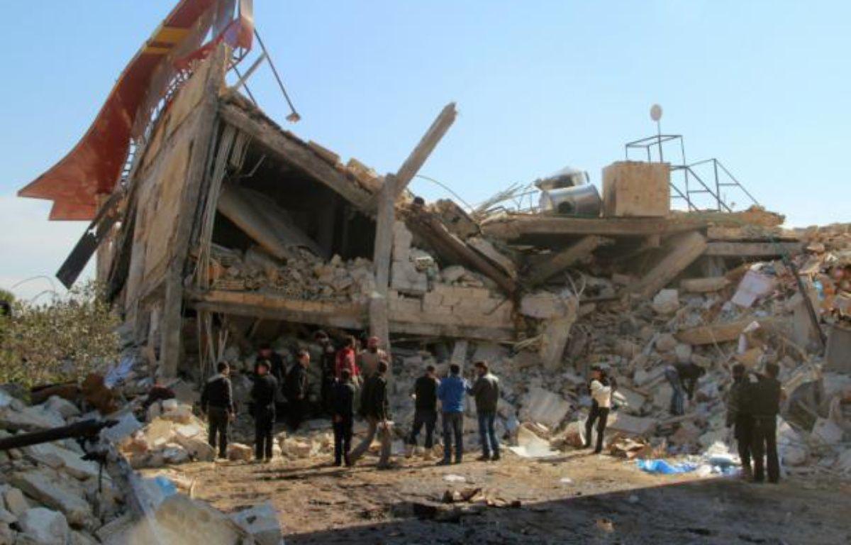 Des syriens autour des ruines d'un hôpital soutenu par Médecins sans frontières (MSF), à Maaret al-Noomane, une zone rebelle dans la province d'Idleb, le 15 février 2016 – GHAITH OMRAN AL-MAARRA TODAY