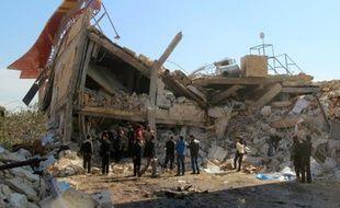 Des syriens autour des ruines d'un hôpital soutenu par Médecins sans frontières (MSF), à Maaret al-Noomane, une zone rebelle dans la province d'Idleb, le 15 février 2016
