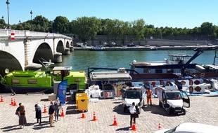 Quai Tolbiac, dans le 13e arrondissement, la ville de Paris, le groupe RATP et Voies navigables de France testent ce vendredi et tout le week-end une déchetterie fluviale.
