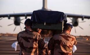 Les corps des soldats tués ont été transportés jusqu'en France.