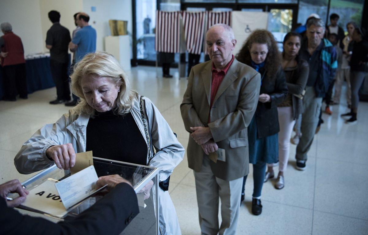 Des Français votent pour l'élection présidentielle à l'ambassade de France à Washington, samedi 22 avril. – Brendan Smialowski / AFP