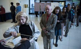 Des Français votent pour l'élection présidentielle à l'ambassade de France à Washington, samedi 22 avril.