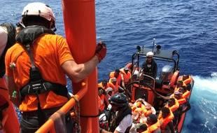 """Des membres d'équipage de l'""""Ocean Viking"""" secourent des migrants, le 10 août 2019."""