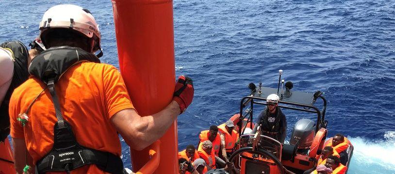 Des membres d'équipage de l'«Ocean Viking» secourent des migrants, le 10 août 2019.