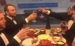 Sur la vidéo de The Smart joker of Paris, on peut voir quatre amis déguster une raclette sur la ligne 5 du métro parisien.