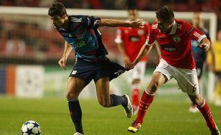 Yoann Gourcuff à la lutte avec Javi Garcia, lors de la défaite de l'OL sur le terrain de Benfica (4-3), le 2 novembre 2010.