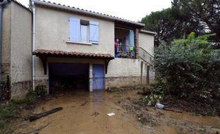 Une femme dans sa maison inondée à Lamalou-les-Bains dans l'Hérault, le 18 septembre 2014