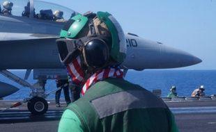 Un chasseur américain s'apprête à décoller du porte-avion USS Harry S. Truman en Méditerranée orientale, le 7 juin 2016