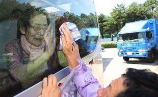 Han Shin-ja, Sud-coréenne de 99 ans, fait ses adieux à l'une de ses filles nord-coréennes, au Mont Kumgang, le 22 août 2018.