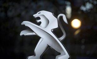 """Le constructeur automobile français PSA Peugeot Citroën a dit examiner """"des projets de coopérations et d'alliances"""" à propos desquels """"des discussions sont en cours"""", alors que le site LaTribune.fr a fait état mardi de négociations avancées pour un mariage avec General Motors."""
